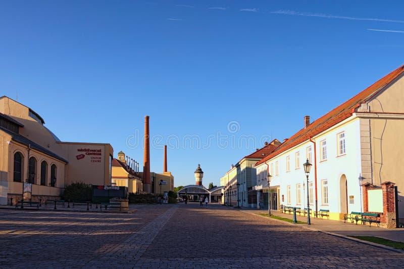 Vista de la cervecería famosa de Pilsner Urquell durante puesta del sol La ciudad de Pilsen se conoce como el lugar de nacimiento fotos de archivo