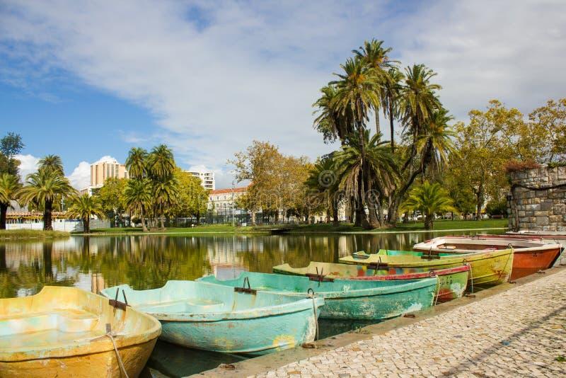 Vista de la charca y de los botes de remos viejos en el grande parque de Campo, Lisboa, Portugal foto de archivo