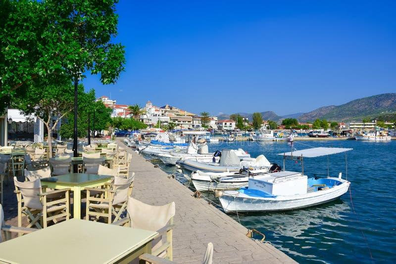 Vista de la ciudad costera pintoresca de Ermioni, Peloponeso fotos de archivo