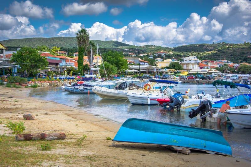 Vista de la ciudad costera pintoresca de Finikouda, Peloponeso fotografía de archivo