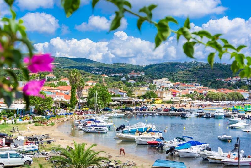 Vista de la ciudad costera pintoresca de Finikouda, Peloponeso imagen de archivo