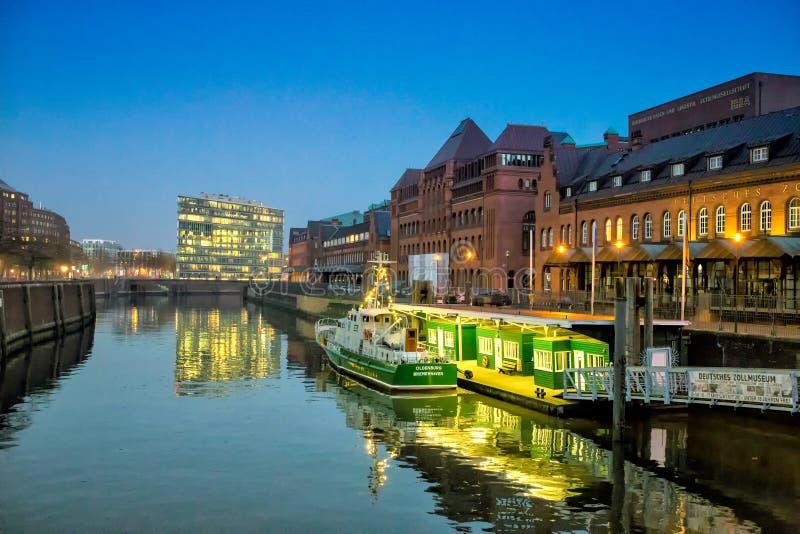 Vista de la ciudad de Hamburgo en la noche foto de archivo libre de regalías
