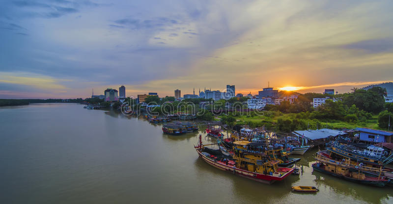Vista de la ciudad de Kuantan, Kuantan, Pahang Malasia en la oscuridad imagen de archivo