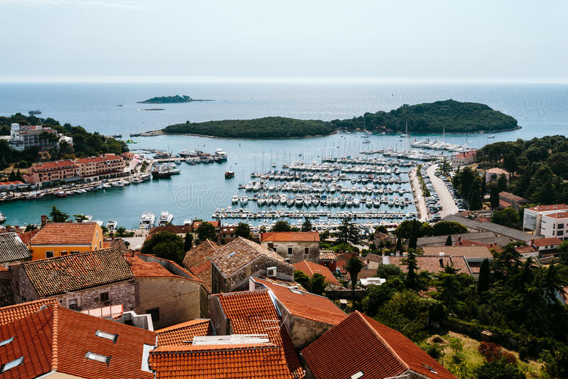 Vista de la ciudad de la iglesia del ` s de Vrsar St Anthony del campanario, Croacia foto de archivo libre de regalías