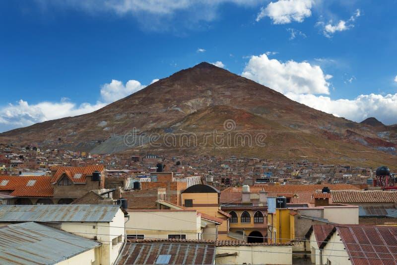 Vista de la ciudad de Potosà con el Cerro Rico en la parte posterior, en BolÃvia fotos de archivo