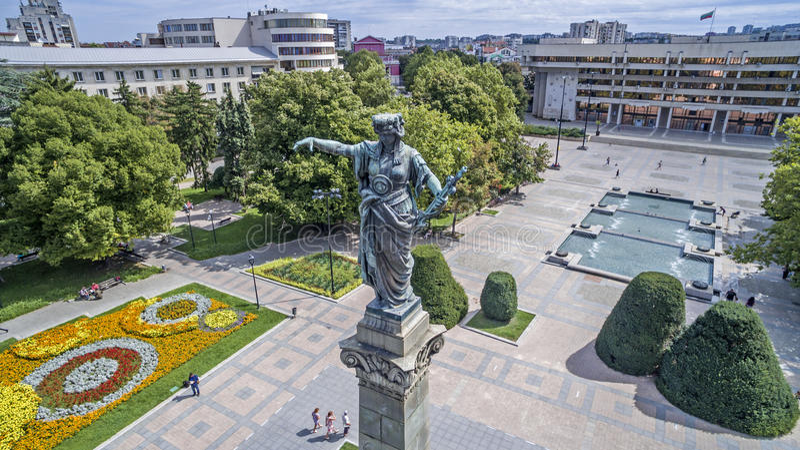 Vista de la ciudad de Ruse céntrica desde arriba Monumento de la libertad imagen de archivo libre de regalías