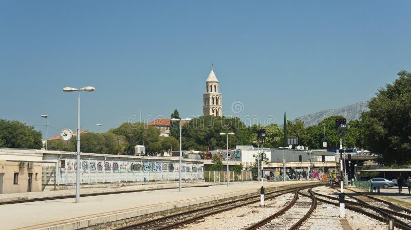 Vista de la ciudad del ferrocarril, día soleado, fractura, Dalmacia, Croacia imagen de archivo