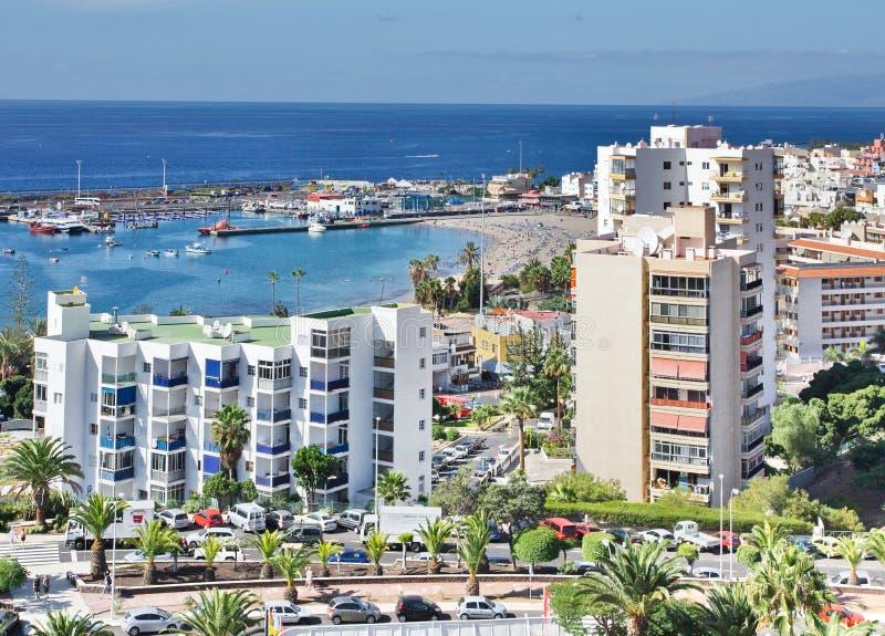Vista de la ciudad del Los Cristianos con el puerto oceánico Tenerife Islas Canarias españa fotografía de archivo libre de regalías
