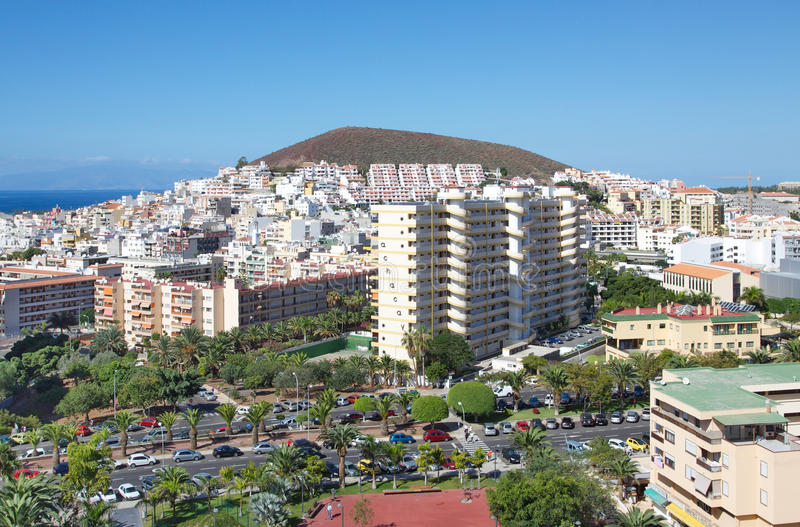 Vista de la ciudad del Los Cristianos con las montañas Tenerife Islas Canarias españa fotos de archivo