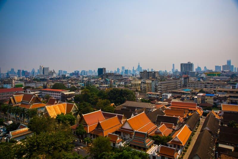Vista de la ciudad desde arriba, de casas y de templos Visión desde el vuelo del pájaro bangkok tailandia fotos de archivo