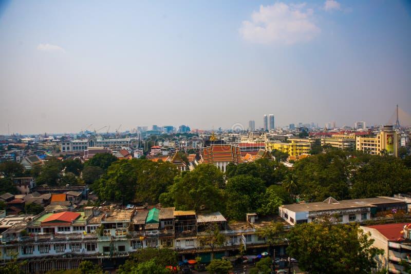 Vista de la ciudad desde arriba, de casas y de templos Visión desde el vuelo del pájaro bangkok tailandia imagen de archivo libre de regalías