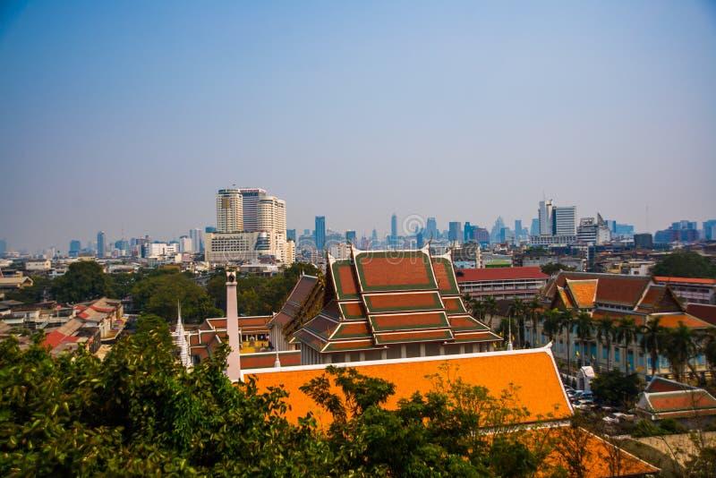 Vista de la ciudad desde arriba, de casas y de templos Visión desde el vuelo del pájaro bangkok tailandia foto de archivo