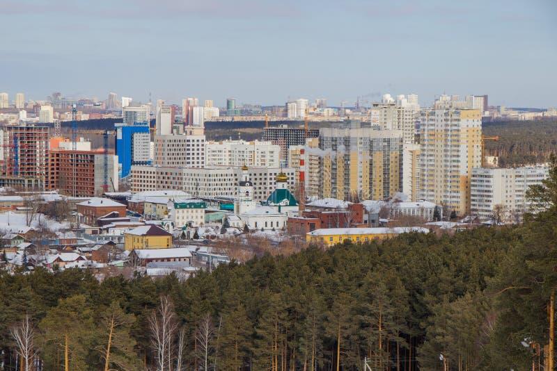 Vista de la ciudad de Ekaterimburgo de la cuesta del esquí de la montaña de Uktus imagen de archivo