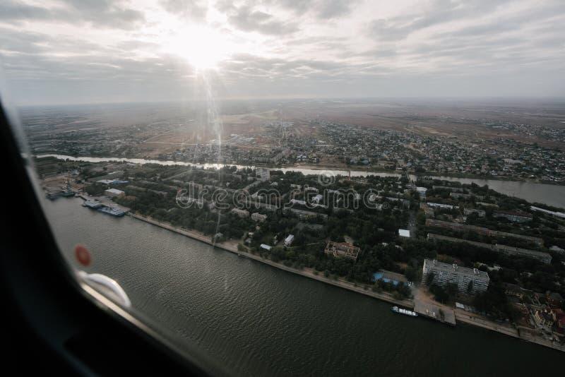 Vista de la ciudad en Rusia de un helicóptero imagenes de archivo