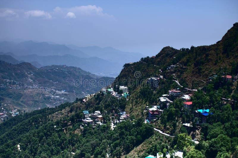 Vista de la ciudad hermosa de la colina una ciudad en las montañas llenas de casas coloridas y de paisaje muy vibrante de casas e foto de archivo libre de regalías
