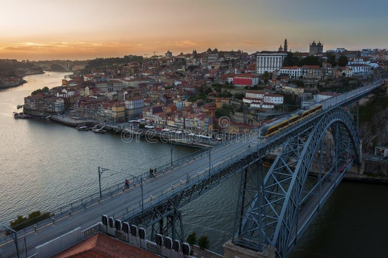 Vista de la ciudad hermosa de Oporto en la puesta del sol con el río del Duero y Dom Luis Bridge; imagen de archivo libre de regalías