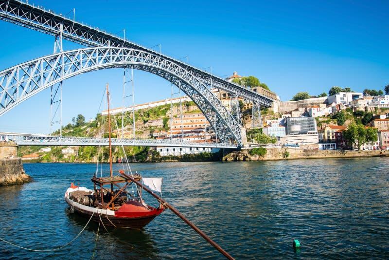 Vista de la ciudad histórica de Oporto, Portugal con Dom Luiz b imagen de archivo