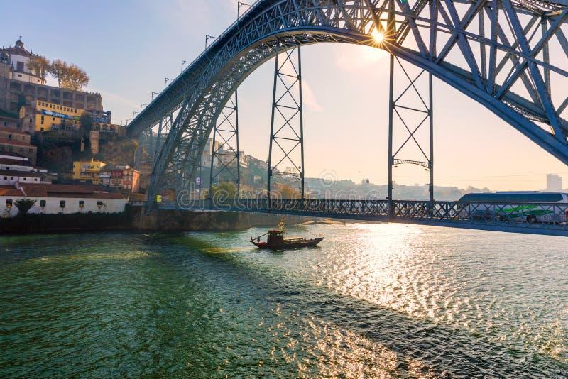 Vista de la ciudad hist?rica de Oporto con el puente de Dom Luiz Portugal, Oporto imágenes de archivo libres de regalías