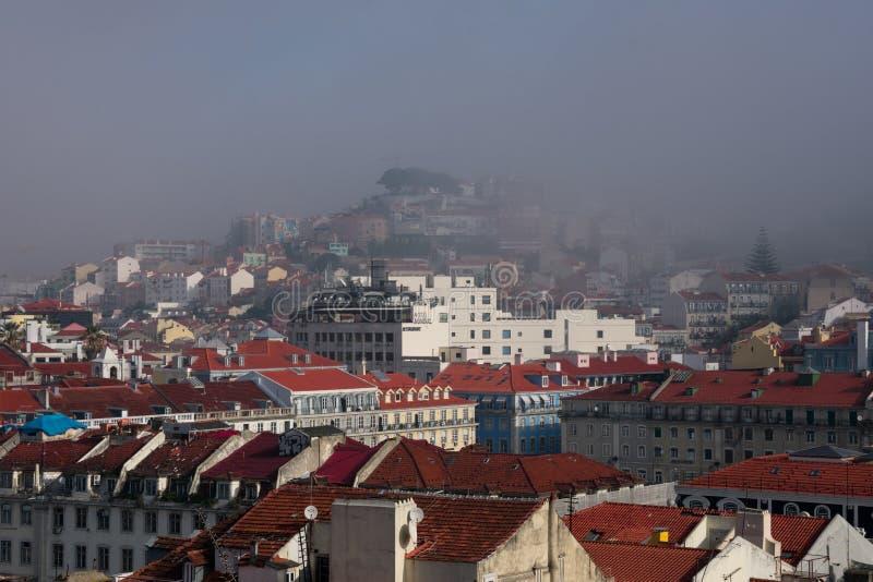 Vista de la ciudad de Lisboa en un día de invierno de niebla fotos de archivo