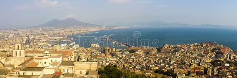 Vista de la ciudad de Nápoles desde el castillo de Sant`Elmo fotografía de archivo