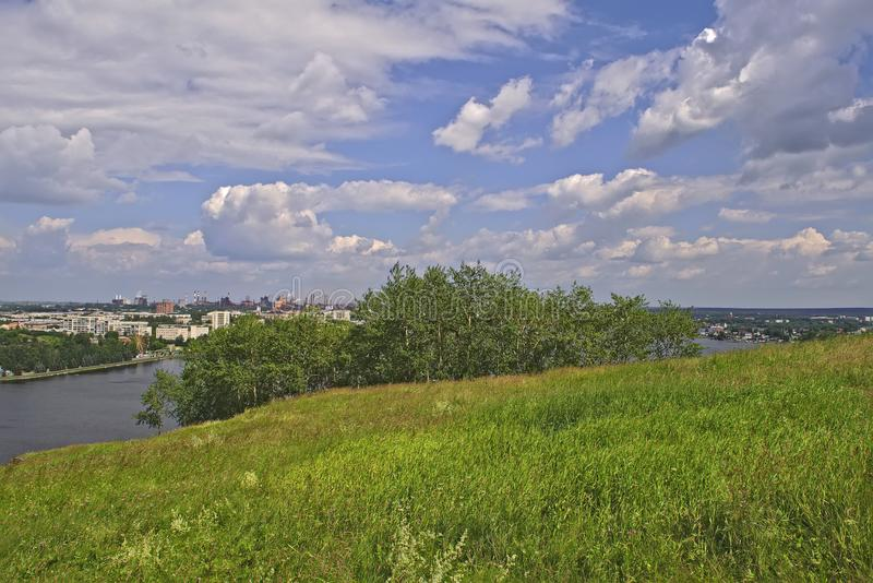 Vista de la ciudad de Nizhny Tagil desde arriba de la montaña fotos de archivo