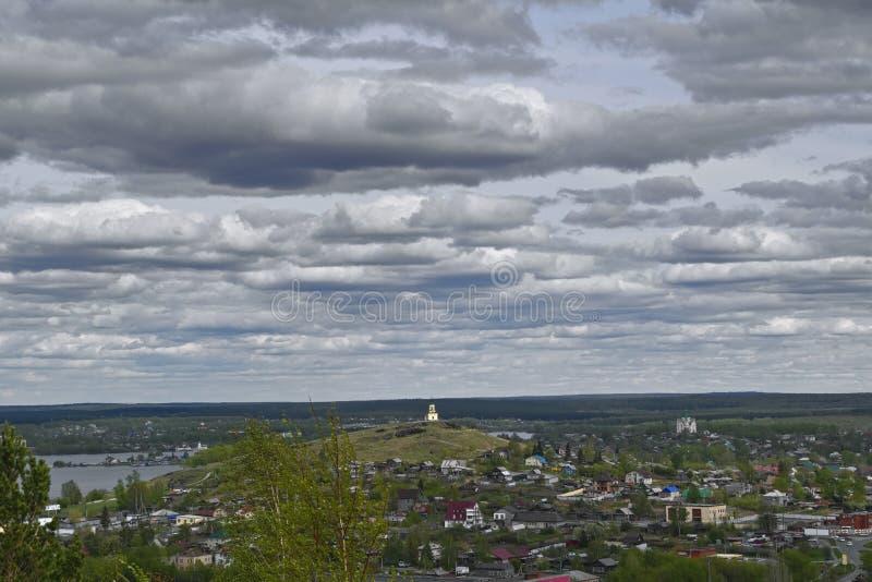 Vista de la ciudad de Nizhny Tagil desde arriba de la montaña imagen de archivo