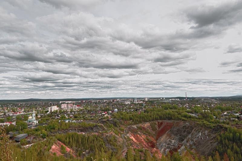 Vista de la ciudad de Nizhny Tagil desde arriba de la montaña imágenes de archivo libres de regalías