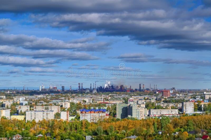Vista de la ciudad de Nizhny Tagil desde arriba de la monta?a imágenes de archivo libres de regalías