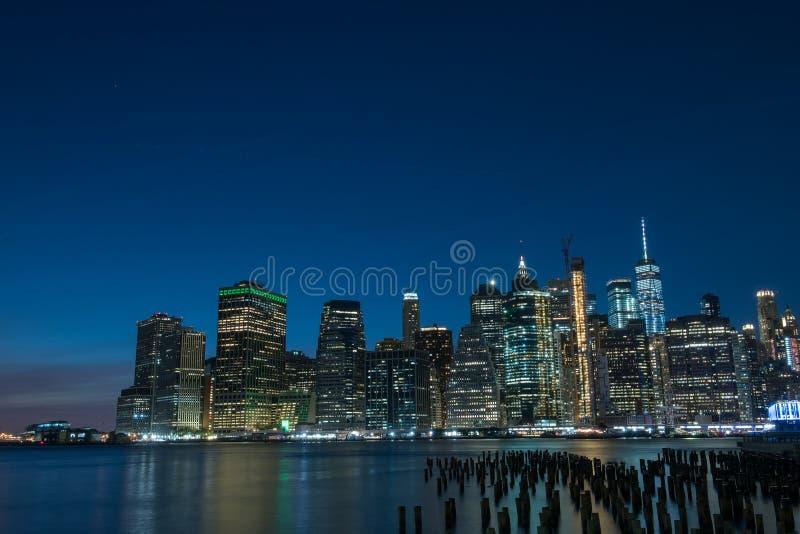 Vista de la ciudad de la noche Luces que brillan intensamente de rascacielos Vista de la ciudad de Nueva York y de la bahía Nueva imagen de archivo