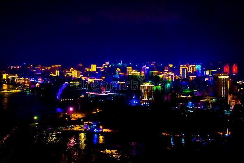 Vista de la ciudad de la noche de Sanya Isla de Hainan, China Luces de neón de la metrópoli de la noche blur foto de archivo libre de regalías