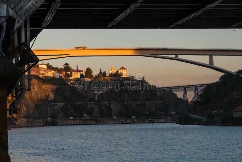 Vista de la ciudad de Oporto debajo de los dom luis del puente foto de archivo
