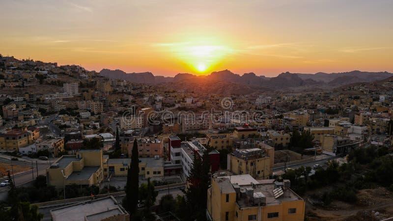 Vista de la ciudad de Petra en Jordania al atardecer imagen de archivo