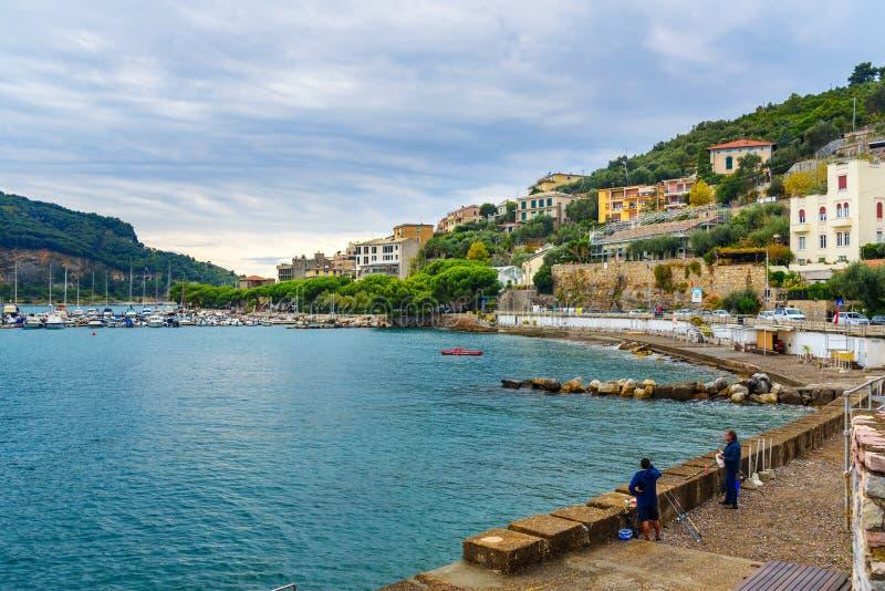 Vista de la ciudad de Portovenere o de Oporto Venere en la costa ligur Italia fotos de archivo