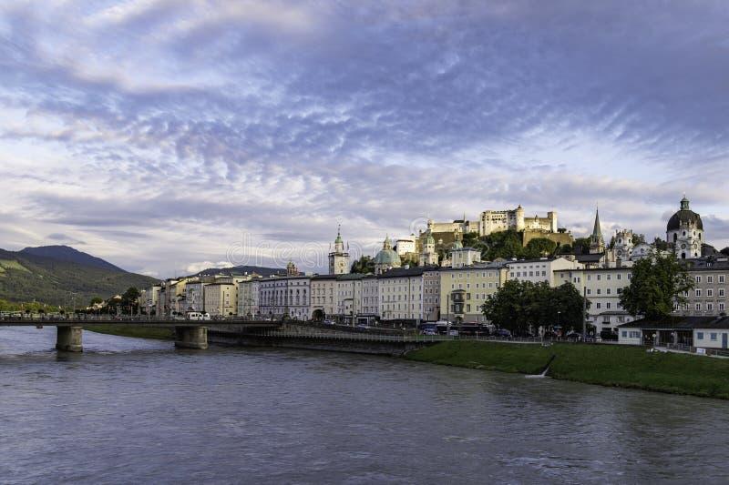 Vista de la ciudad de Salzburg en la puesta del sol imagen de archivo