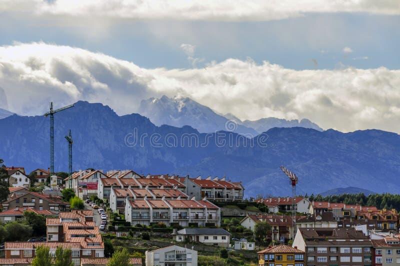 Vista de la ciudad de San Vicente de la Barquera, España imágenes de archivo libres de regalías