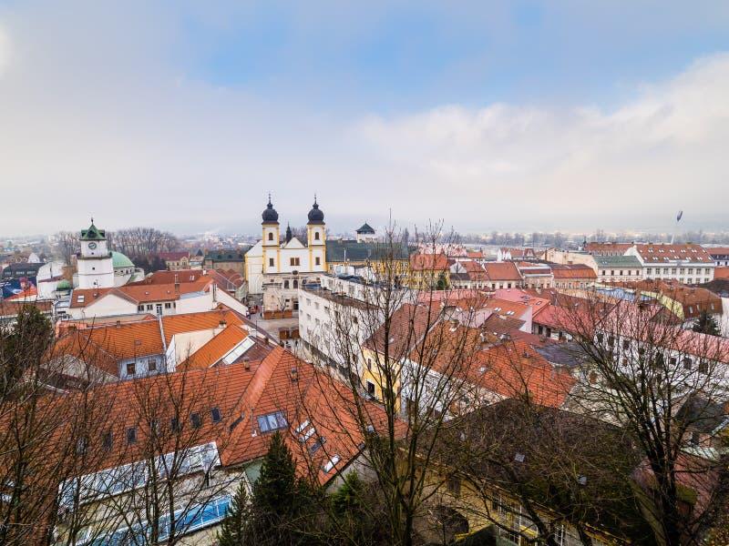 Vista de la ciudad de Trencin de la colina del castillo foto de archivo