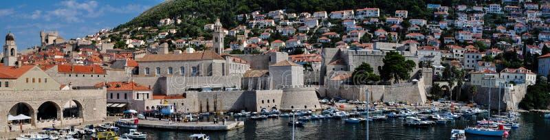 Vista de la ciudad vieja del lado del puerto histórico, Dubrovnik, Croacia imágenes de archivo libres de regalías