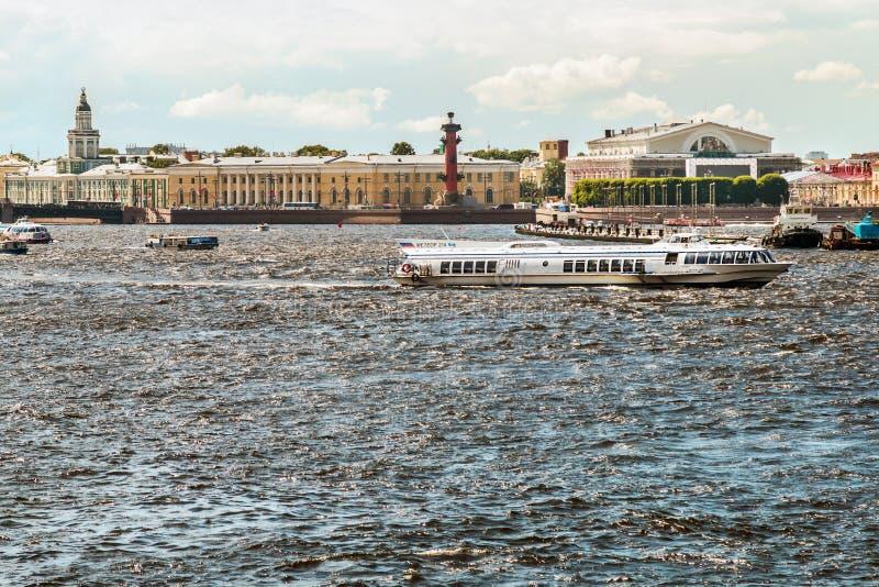 Vista de la ciudad y del canal del río de Neva imagen de archivo