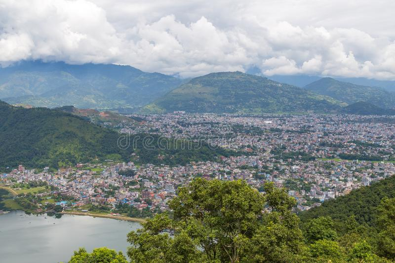 Vista de la ciudad y del lago Phewa, Nepal de Pokhara fotografía de archivo