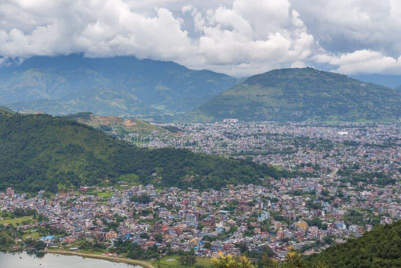 Vista de la ciudad y del lago Phewa, Nepal de Pokhara foto de archivo libre de regalías