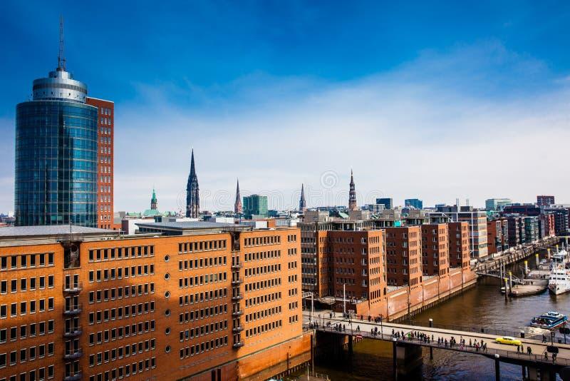 Vista de la ciudad y del puerto de Hamburgo del edificio filarmónico de Elba foto de archivo