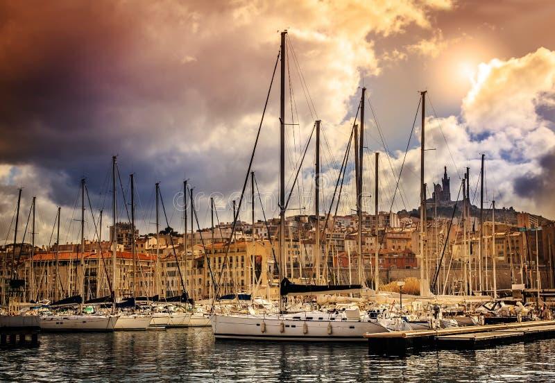 Vista de la ciudad y del puerto marítimo en el fondo de soles dramáticos imagenes de archivo