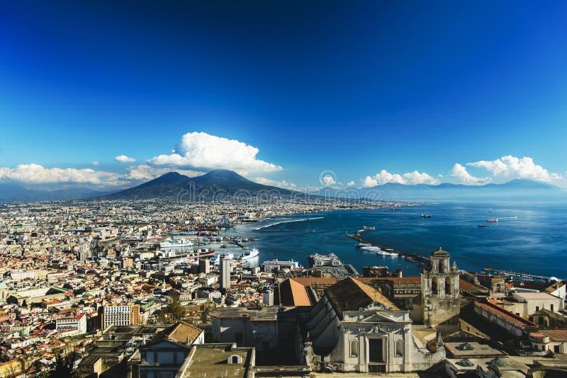 Vista de la ciudad y del puerto de Nápoles con el volcán de Vesuvio en el fondo de Castel Sant 'Elmo, Campania, Italia fotografía de archivo