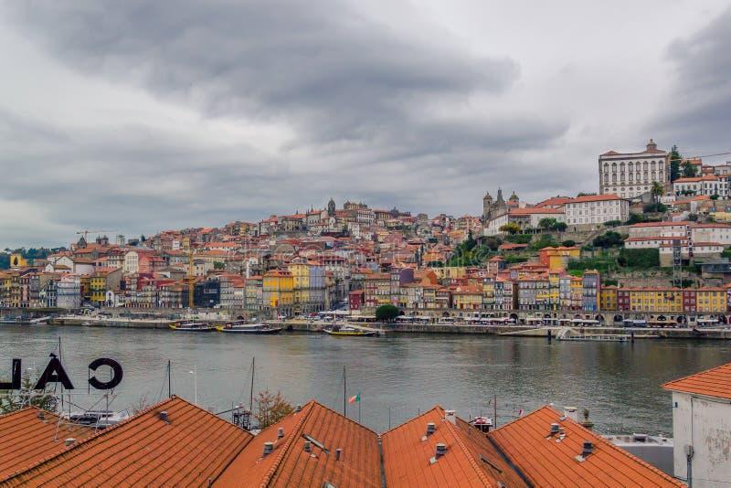Vista de la ciudad y de Ribeira viejas de Oporto sobre el río del Duero en Oporto, Portugal imagen de archivo libre de regalías