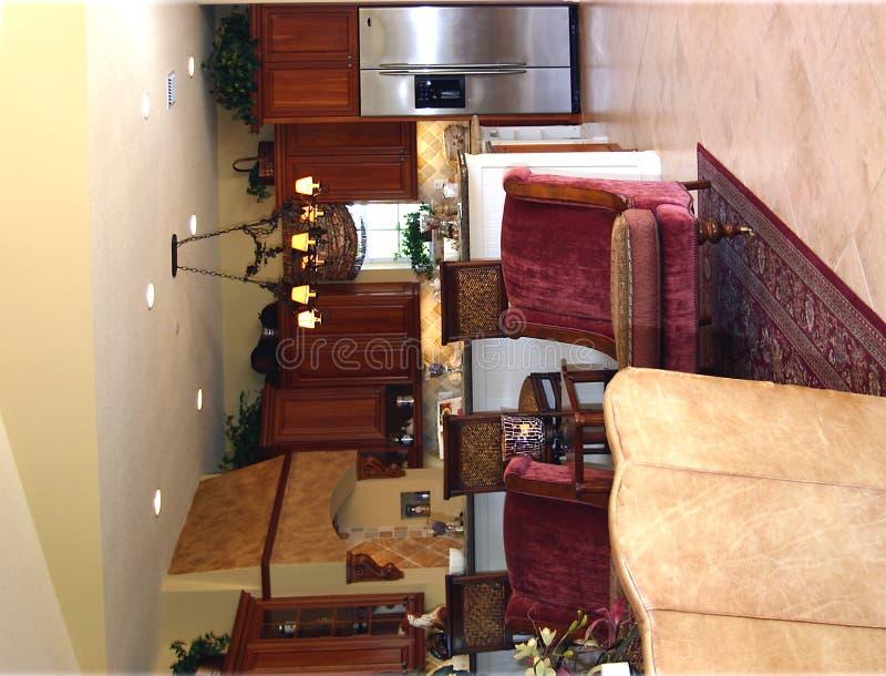 Vista de la cocina exclusiva de la sala de estar foto de archivo
