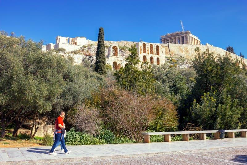 Vista de la colina de la acrópolis con el templo del Parthenon en el fondo fotografía de archivo libre de regalías