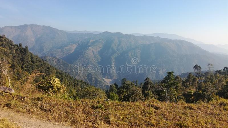 Vista de la colina al horizonte lejano imágenes de archivo libres de regalías