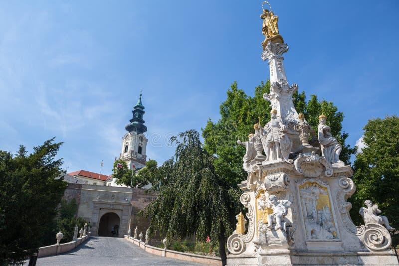 Vista de la columna y del castillo de la plaga en Nitra, Eslovaquia Era imagenes de archivo