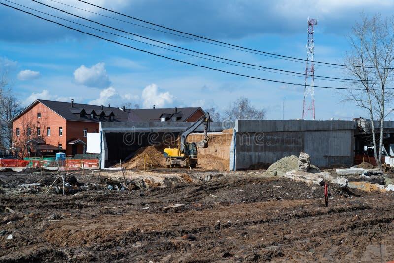 Vista de la construcción del camino y del puente imagen de archivo