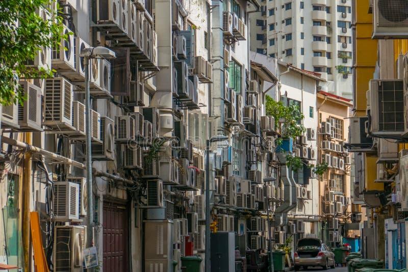 Vista de la construcción de viviendas de la vivienda con los acondicionadores de aire imagen de archivo